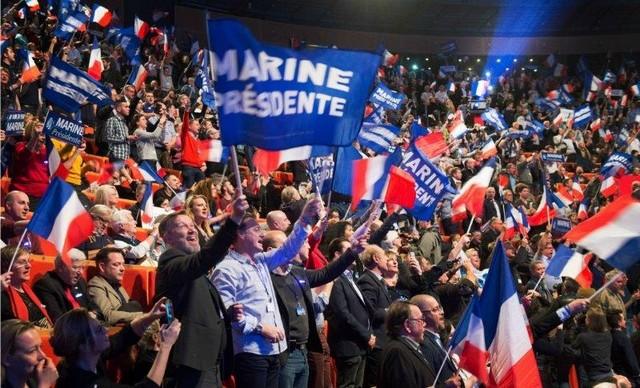 Foule tricolore Marine Le Pen