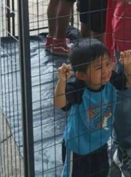Enfant en cage