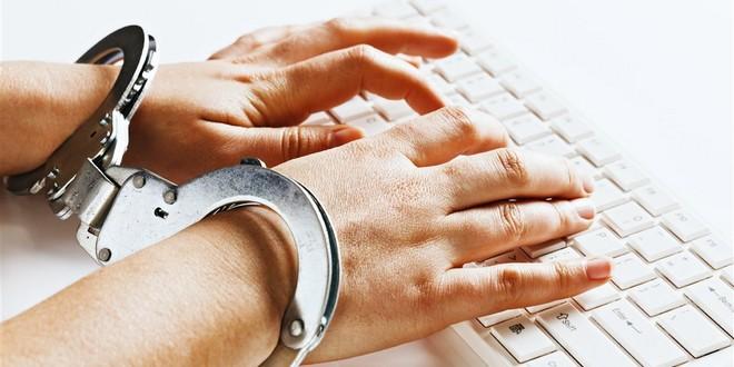 Mains menottées clavier censure