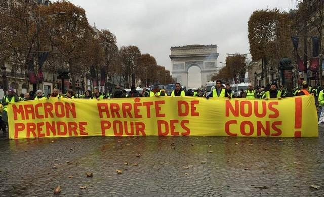 Gilets Jaunes macron arrête prendre pour cons Champs Élysées