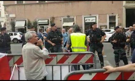 Rome: les Gilets Jaunes de Cannes Victoire 06 sévèrement encadrés par la police