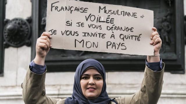 Femme voilée musulmane - Français quittez mon pays