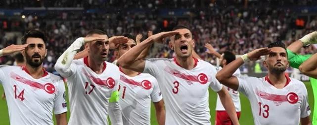 Footballeurs turcs salut militaire