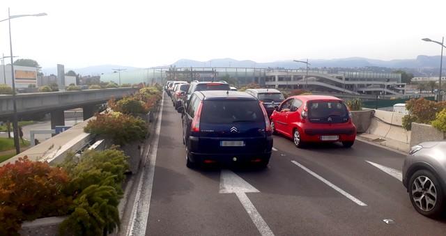 Voitures embouteillage stationnement aéroport Nice