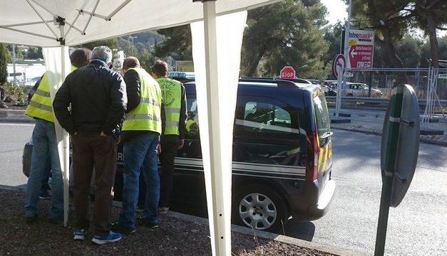 La gendarmerie s'assure que les Gilets Jaunes de Cannes portent bien le masque