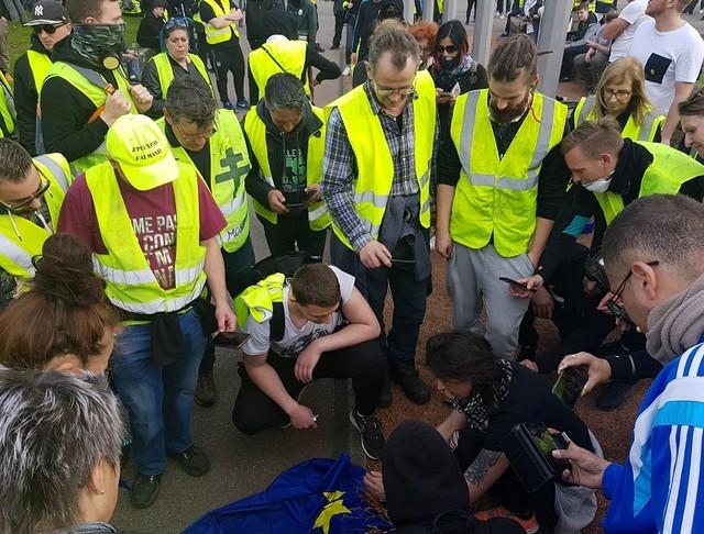 les-gilets-jaunes-ont-decroche-le-drapeau-europeen-devant-la-mairie-de-forbach-ils-l-ont-ensuite-brule-photo-pascal-mittelberger