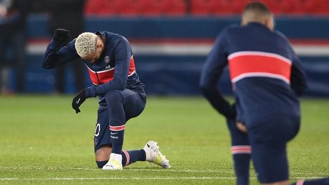 Footballeur genou à terre